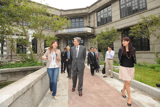 The Honorary Chairperson of the Hong Kong-Taiwan Economic and Cultural Co-operation and Promotion Council, Mr John C Tsang, visited the Songshan Cultural and Creative Park in Xinyi district on 25 September 2012.